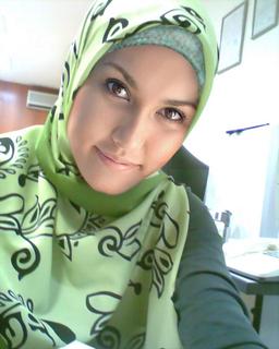 cantik juga ya dia kalau pakai jilbab gitu... hihi...